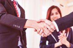 Agitação da mão do negócio entre o executivo imagens de stock