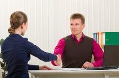 Agitação das mãos entre dois executivos bem sucedidos Fotografia de Stock