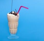 Agitação de chocolate com um chuvisco do molho de chocolate Imagens de Stock Royalty Free