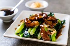 Agitação de Hong Kong Kale fritada no molho da ostra fotos de stock royalty free