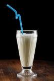 Agitação de leite (cocktail) com baga e banana Imagens de Stock Royalty Free