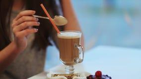 Agitação de leite de chocolate bebendo da menina filme