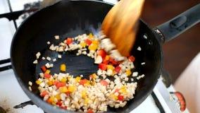 a agitação do ‹do †fritou o ingrediente na cozinha video estoque