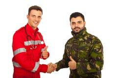 Agitação do homem do paramédico e do exército Fotos de Stock Royalty Free