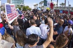 Agitação dos meios com protestadores do trunfo Imagem de Stock