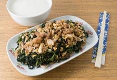 Agitação Fried Jute Leaves com arroz fervido foto de stock