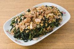 Agitação Fried Jute Leaves com carne de porco triturada foto de stock royalty free