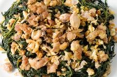 Agitação Fried Jute Leaves com carne de porco triturada fotografia de stock