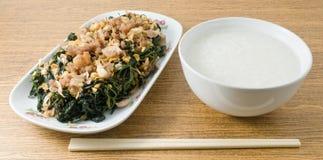 Agitação Fried Jute Leaves Served com mingau do arroz foto de stock