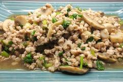 A agitação fritada tritura a carne de porco com cogumelo e o vegetal verde Fotos de Stock Royalty Free