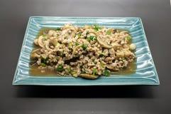 A agitação fritada tritura a carne de porco com cogumelo e o vegetal verde Foto de Stock Royalty Free