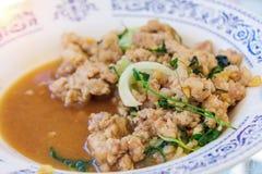 A agitação fritou com calamar e vegetal no prato Foto de Stock