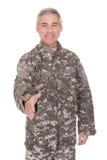 Agitação madura de Extending Hand To do soldado fotografia de stock