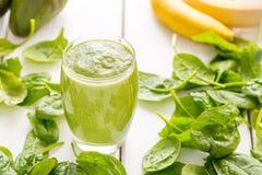 Agitação verde saboroso absolutamente surpreendente ou batido do abacate, feita com abacates, a banana, suco de limão e não leite fotos de stock