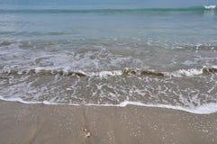 Agita la playa arenosa Fotos de archivo libres de regalías