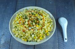 Agitación del maíz con la cebolla verde Fotos de archivo libres de regalías