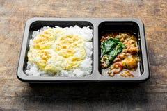 Agitación Fried Chicken con albahaca sobre el arroz y la tortilla fotos de archivo libres de regalías
