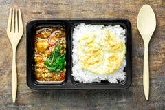 Agitación Fried Chicken con albahaca sobre el arroz y la tortilla fotos de archivo