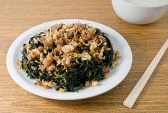 Agitación Fried Jute Leaves con gachas del arroz Imagen de archivo libre de regalías