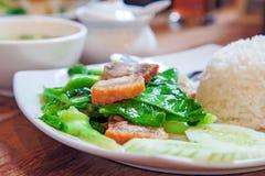 Agitación Fried Kailan y cerdo curruscante con arroz Imagenes de archivo
