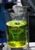 Agitador em uma garrafa de vidro com solução para a análise da amostra no hospital ou no laboratório fotos de stock royalty free