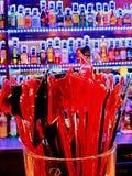 Agitadores para las bebidas y la botella colorida Fotos de archivo libres de regalías