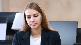 Agitando a cabeça para rejeitar, não pela mulher no escritório Imagem de Stock