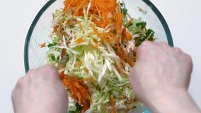 Agitando legumes frescos desbastados com molho da salada Vista superior filme