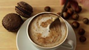 Agitando o açúcar em uma xícara de café em um de madeira video estoque