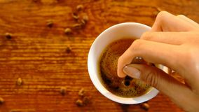 Agitando o café com colher vídeos de arquivo