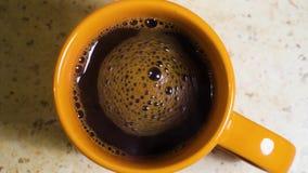 Agitando o café feito fresco em um copo closeup filme