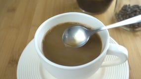 Agitando o copo de café com leite vídeos de arquivo