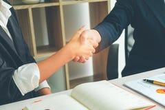 Agitando o negócio bem sucedido das mãos após o grande tempo atual, negócio imagens de stock