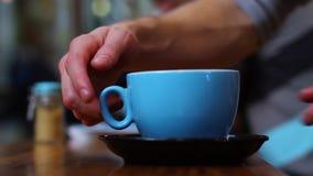 Agitando a xícara de café recentemente fabricada cerveja no café video estoque