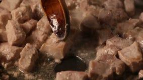 Agitar dentro remenda de uma costeleta de carne de porco fritada vídeos de arquivo