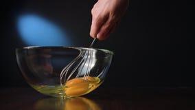Agitar eggs em uma bacia de vidro com uma suiça fotografia de stock royalty free
