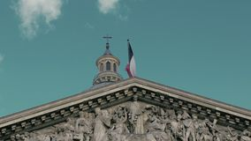 Agitar la bandera de Francia en la capital París en la asta de bandera del edificio del panteón Cámara lenta, el día, contra almacen de metraje de vídeo