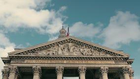 Agitar la bandera de Francia en la capital París en la asta de bandera del edificio del panteón Cámara lenta, el día, contra almacen de video