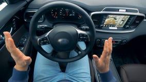Agitar a roda está revolvendo sem ser movido pelo motorista Auto-conduzindo o volante de um piloto automático autônomo video estoque