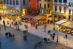 Agitarsi la città di Verona di mercato alla notte fotografie stock libere da diritti