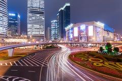 Agitarsi metropoli alla notte fotografia stock