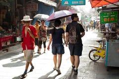 Agitarsi via musulmana in Xian immagine stock
