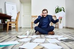 Agitated бизнесмен работая на поле в офисе Стоковые Фотографии RF