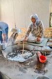 Agitation de la femme dans l'usine en soie dans l'Ouzbékistan Photographie stock libre de droits