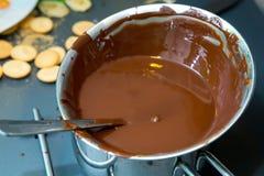 Agitation du fondant de chocolat photos libres de droits