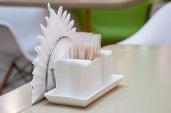 Agitatore ceramico bianco di sale e del pepe su una tavola immagini stock