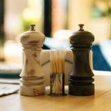 Agitatore di sale d'annata e pepperbox su una tavola e stuzzicadenti su una tavola in un caffè fotografia stock libera da diritti
