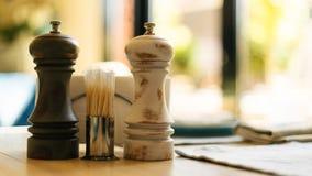 Agitatore di sale d'annata e pepperbox su una tavola e stuzzicadenti su una tavola in un caffè immagine stock libera da diritti