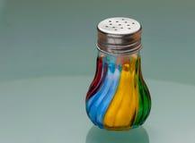 Agitatore di sale fatto di vetro colorato fotografie stock