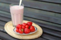 Agitatore latteo su fondo immagini stock libere da diritti